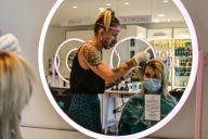 Une femme dans un salon de coiffeur en France, le 8 mai 2020.