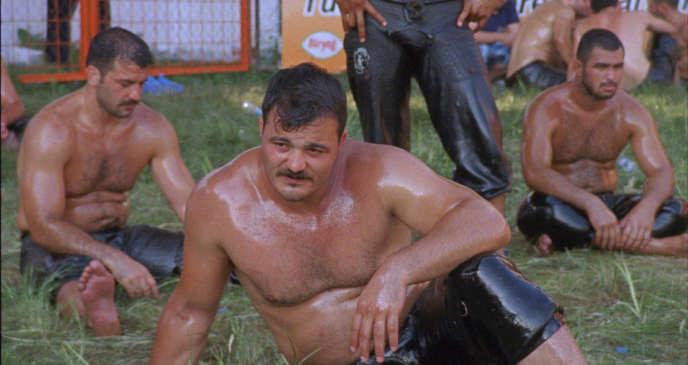Dans le documentaire « Playing Men», le jeu est le lieu d'une sociabilité masculine qui ne va pas sans une certaine forme de théâtralité.