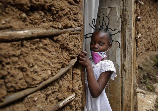 Jane Mbone, 7 ans, s'est fait tresser les cheveux en forme de coronavirus, à Nairobi, au Kenya, le 3 mai.