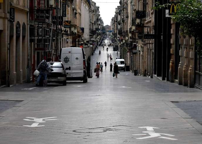 Marquage au sol, rue Sainte-Catherine à Bordeaux, visant àmaintenir des mesures de distanciation sociale, le 9 mai 2020.