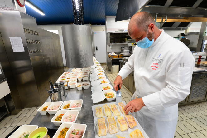 Le chef étoilé Christopher Coutanceau prépare des plats à emporter dans son restaurant à La Rochelle, le 7 mai.