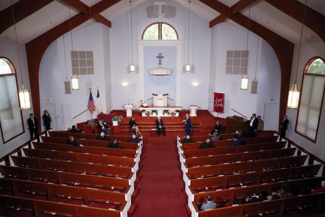 Le vice-président, Mike Pence, discute avec des chefs religieux, les encourageant à reprendre les services en personne, à Urbandale (Iowa), le 8 mai.