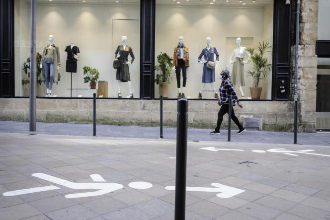 Rue Sainte-Catherine, à Bordeaux, la plus longue rue commerçante d'Europe, une signalétique a été peinte au sol pour réguler les flux de clients.