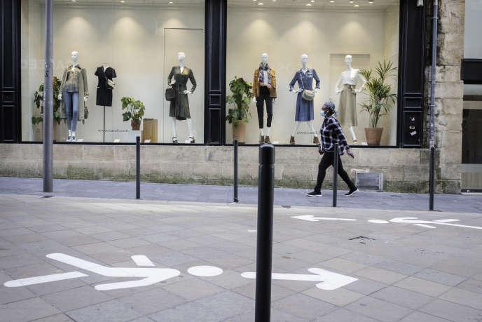 Rue Sainte-Catherine, à Bordeaux, la plus longue rue commerçante d'Europe, des panneaux ont été peints au sol pour réguler les flux de clientèle.