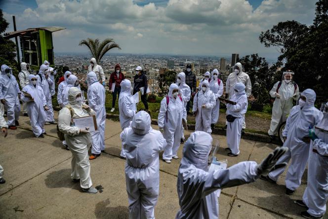 Le 19 avril, des employés municipaux de Bogota comptent le nombre de familles auxquelles ils vont livrer des vivres, afin d'éviter qu'elles ne sortent pour faire des courses.