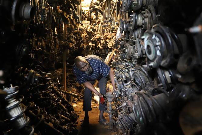 Moussa Sidibé dans sa caverne d'Ali Baba remplie de pièces détachées pour véhicules japonais, en mai 2020.