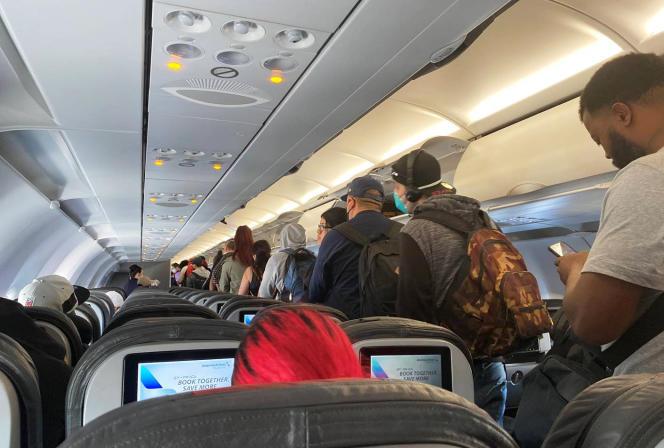 Des passagers descendent d'un avion d'American Airlines, après leur atterrissage à Los Angeles, le27 avril.