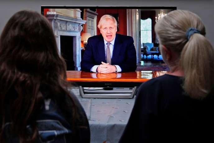 Une famille regarde le discours de Boris Johnson, le 10 mai à Londres.