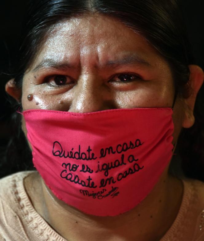 Une féministeporte un masque sur lequel est écrit «Rester à la maison n'est pas la même chose que Tais-toi à la maison», à La Paz, le 5 mai.
