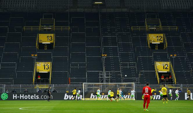 Un match entre le Borussia Dortmund et le VFL Wolfsburg à huis clos, en 2017. La Bundesliga s'apprête à reprendre la compétition, samedi 16 mai, dans des stades vides.