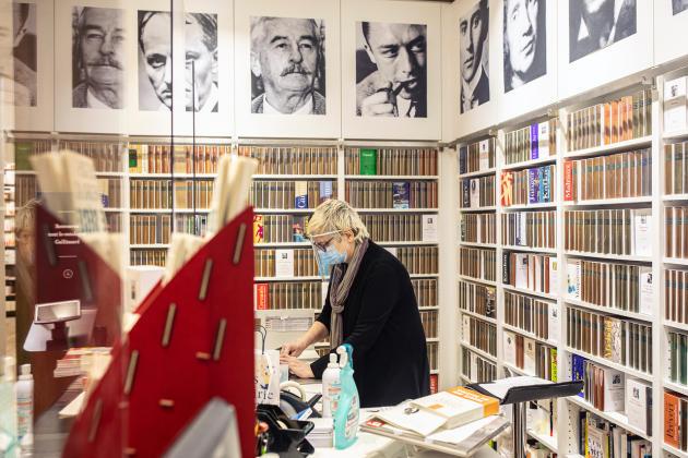 Anne Ghisoli, responsable de la librairie Gallimard, dans le 7earrondissement de Paris, prépare sa réouverture, le 11mai.