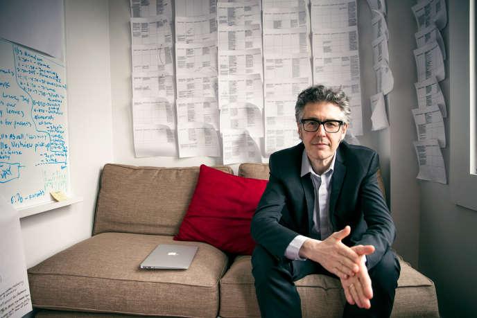 Ira Glass dans un bureau de l'émission de radio « This American Life», à New York, en 2014.