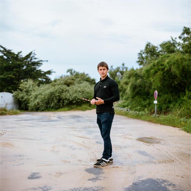 Jérémy (ici, aux Portes-en-Ré), 19 ans, a retrouvé sa voiture, immatriculée 92, les pneus crevés.