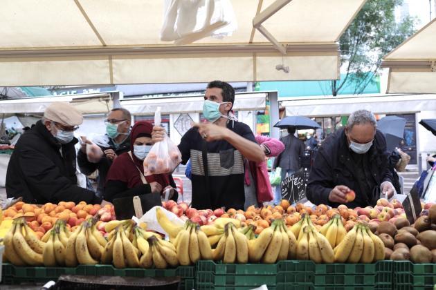 Le marché de Noailles, en plein cœur de Marseille, est le premier des marchés publics du centre-ville à reprendre son activité, après cinquante-cinq jours d'interruption.