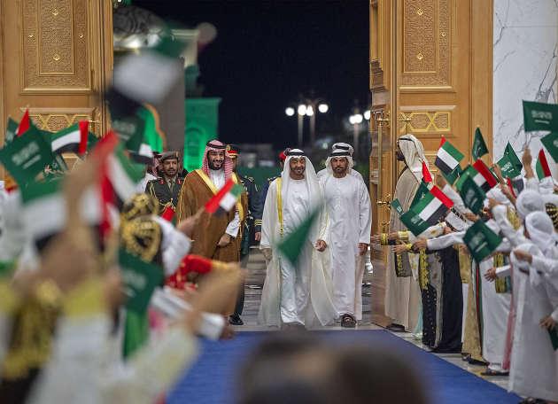 LecheikhMohammed Ben Zayed Al-Nahyane (centre) reçoit le prince héritierMohammed Ben Salman, le 27 novembre 2019 àAbu Dhabi.