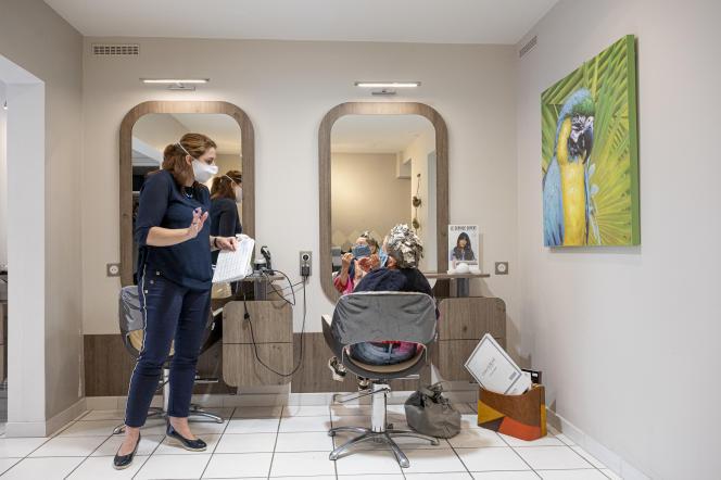 Ce 11 mai, Karine Ruinet est arrivée à 7 h 30 pour préparer sa boutique, le salon de coiffure Epitete, à Saint-Rémy-lès-Chevreuse (Yvelines).