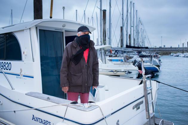 A Saint-Malo, Ernest Lafiche ajuste son masque en tissu sur son nez. L'octogénaire se prépare à affronter les bourrasques de vent qui font danser les centaines de bateaux du port de plaisance des Bas-Sablons. Lundi matin, les activités nautiques et de plaisance sont en effet désormais autorisées en Bretagne.