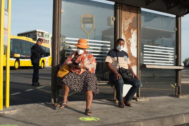 A La Réunion, les employés du réseau Car jaune, les transports publics départementaux, sont sur le pied de guerre, à la gare routière de Saint-Denis, pour diriger les passagers. Parmi eux, Jean-Paul, âgé d'une cinquantaine d'années, équipé d'un masque, attendant un bus pour Saint-Paul :«Je ne suis sorti que deux fois pendant le confinement. Même si le masque me rassure, j'ai encore un peu peur. »