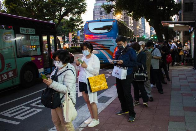 A Taïwan, les usagers des transports font preuve d'autodiscipline. Le principe de la file d'attente est très respecté et facilite la régulation des passagers.