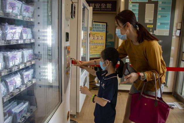 Des distributeurs automatiques de masques sont mis à la disposition des Taïwanais. Chacun peut y acheter des protections en scannant sa carte d'identité ou sa carte de transport. Les paiements par Apple Pay ou Line Pay sont acceptés.