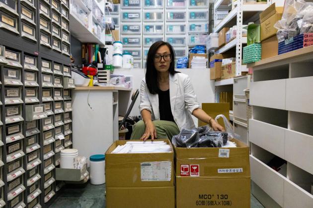 Mme Wang, dans sa pharmacie, à Taipei, le 29 avril. «En janvier, le gouvernement a acheté tous les stocks de masques aux industries. Il savait que quelque chose se passait. Il fallait empêcher les Taïwanais de stocker démesurément des masques. Il était aussi important d'empêcher les Chinois de venir acheter tous les stocks. Taïwan est autosuffisant, nous devons tout faire par nous-mêmes, c'est très difficile, mais nous avons le nécessaire.»