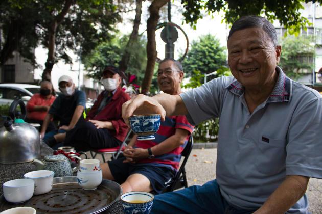 Dans un parc de Taipei, des habitants se réunissent pour prendre le thé et passer l'après-midi à discuter. « Tout ce que je peux faire, c'est faire attention, porter des masques et me laver les mains. Et le reste est mon destin», affirme un homme âgé,donc à risque face au coronavirus.