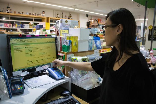 Les Taïwanais sont autorisés à se procurer neuf masques tous les quinze jours. Ils doivent présenter leur carte d'assurance-maladie en pharmacie, afin d'éviter tout achat compulsif.