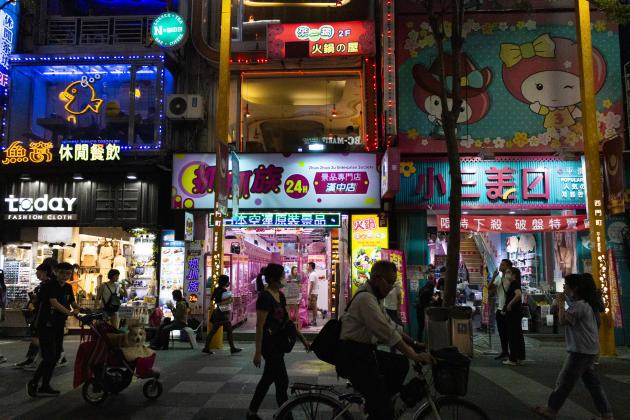 Dans les rues de Taipei, le 3 mai, les activités ne sont pas contraintes, mais le port du masque, réflexe ancré dans le quotidien des Taïwanais, qui se protègent ainsi de la pollution, est adopté par tous à chaque moment de la journée.
