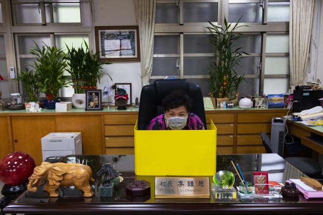 Li Chung-Hui dirigel'école primaire Dajia, à Taipei. Elle a eu l'idée de ces petites barrières de protection en s'inspirant de certains restaurants japonais. Un modèle en plastique peu cher (1,50 euro pièce), facile à transporter et surtout facile à entretenir. Son initiative été reprise par d'autres écoles et lycées pour limiter la propagation du virus.