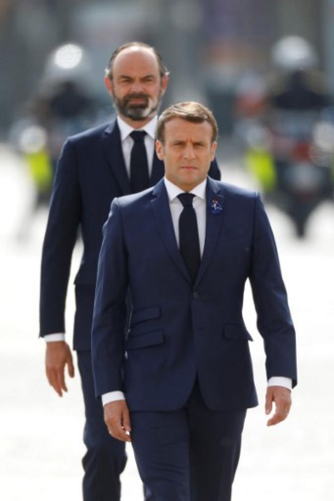 Le président Emmanuel Macron suivi par le premier ministre Edouard Philippe, le 8mai 2020, à Paris, lors de la commémoration du 75eanniversaire de la victoire du 8mai 1945.