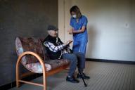 Un résident et une membre du personnel médical de l'Ehpad Emile-Gérard, à Livry-Gargan (Seine-Saint-Denis), le 22 avril 2020.