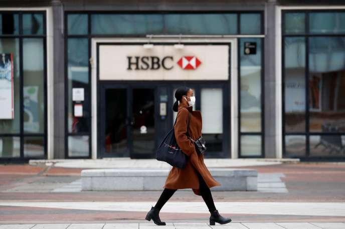 Devant les locaux de HSBC à La Défense, le 11 mai 2020.