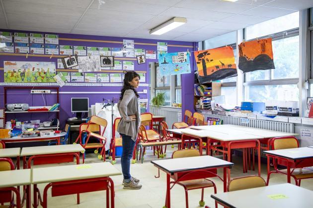 Dans l'école Maryse-Bastié, à Tours (Indre-et-Loire). Florence Cherruault, professeur, cherche la meilleure manière d'agencer sa classe. Elle recevra, à partir de jeudi, sept élèves, du CE1 au CM1, prioritaires en raison de l'activité professionnelle de leurs parents.