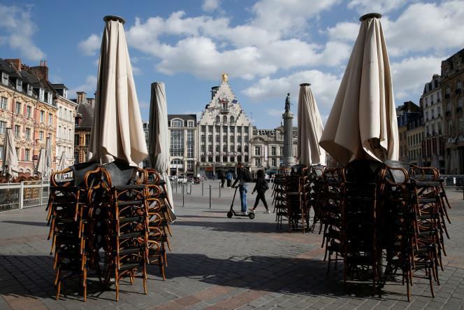 Terrasse d'un restaurant fermé sur la Grand-Place de Lille (Nord), le 11 mai.