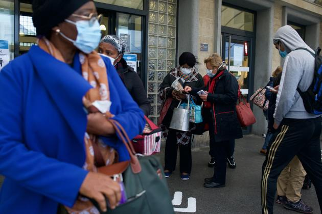 A la gare de Creil (Oise), des agents SNCF sont présents pour vérifier que les usagers portent bien un masque et ont une attestation avant de les laisser monter dans le train.