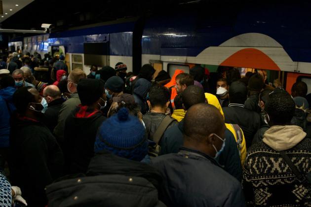 Gare du Nord, à 6heures, sur les quais du RERD, l'impossible respect des règles de distanciation physique.