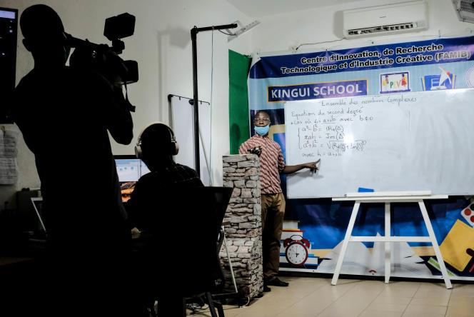 Enregistrement d'un cours de mathématiques dans les locaux du centre d'innovation Famib, à Bamako.