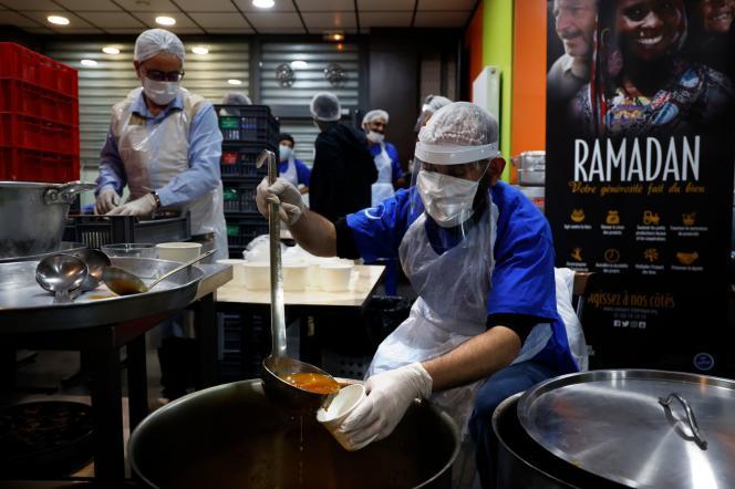 Des volontaires du Secours islamique de France préparent des repas pour la célébration du ramadan, le 27 avril à Orly (Val-de-Marne).