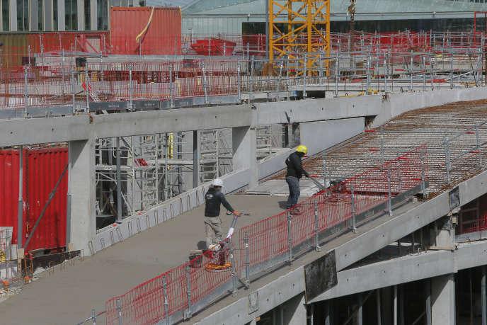Des ouvriers sur un chantier à Lille, le lundi 11 mai.