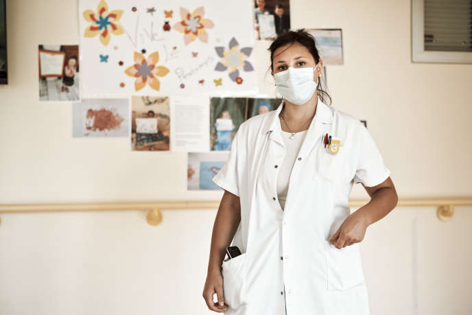 Blandine Jousset, étudiante externe en médecine, en renfort dans un Ehpad en région parisienne.