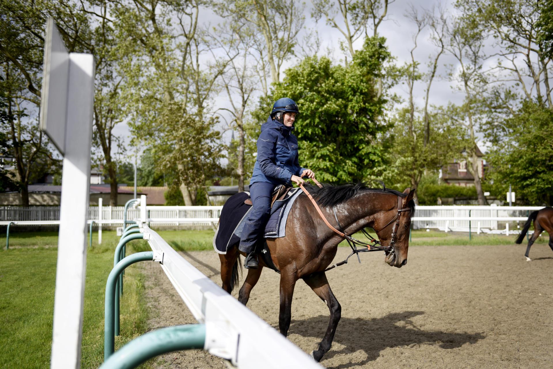 A l'hippodrome de Deauville (Calvados), on constate un peu d'activité avec la présence d'une cinquantaine de jockeys et leurs montures,«mais c'était déjà le cas pendant le confinement, car il fallait quand même faire courir les chevaux», précise un cavalier.