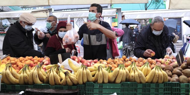 Fermé pendant 55 jours, le marché de Noailles, en plein cœur de Marseille, est le premier des marchés publics du centre-ville à reprendre son activité. Cinq étals sur la dizaine que compte la petite place en pente ont déployé leurs parasols, qui, ce matin servent surtout contre la pluie. Ici, populations pauvres et Marseillais plus aisés se mélangent depuis toujours pour acheter des fruits et des légumes du monde entier.