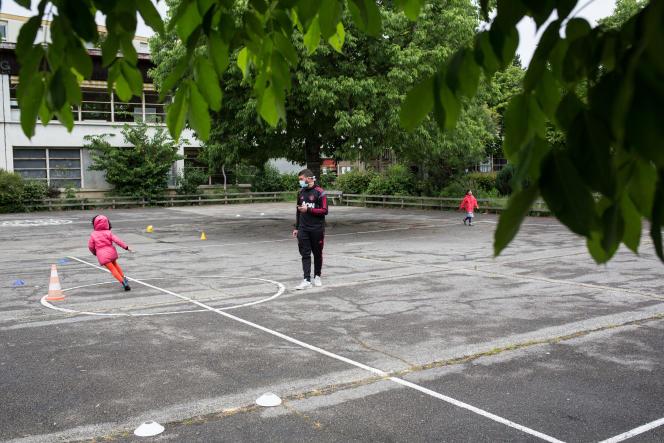 Pendant la récréation à la rentrée des classes à l'école Paul Langevin de Saint-Martin-d'Hères (Isère), le 12 mai 2020.