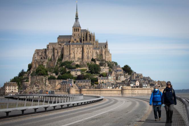 Sur la route du Mont-Saint-Michel, le 12 mai.