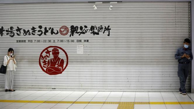 Devant un restaurant fermé, à Tokyo, le 12 mai.