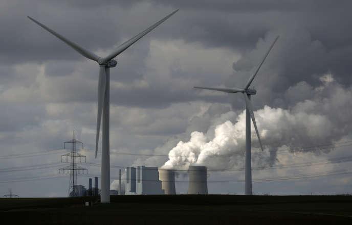 Des éoliennes, devant la centrale thermique de Neurath (ouest de l'Allemagne), en février 2014.