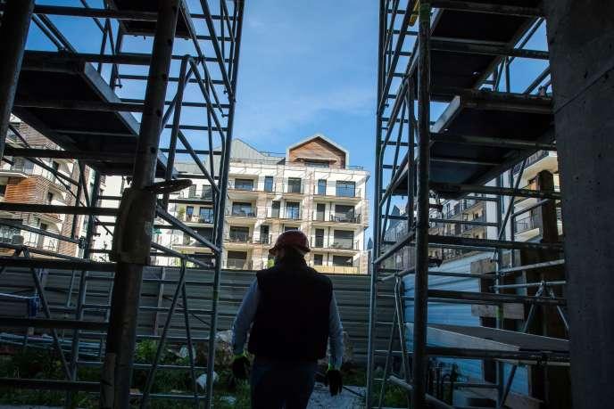 Un ouvrier du bâtiment travaille sur un chantier de construction, à Montévrain (Seine-et-Marne), le 12 mai.