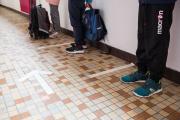 Les enfants attendent avant d'aller se laver les mains pour rentrer dans leur classe, à Saint-Martin-d'Hères (Isère), le 12mai 2020.