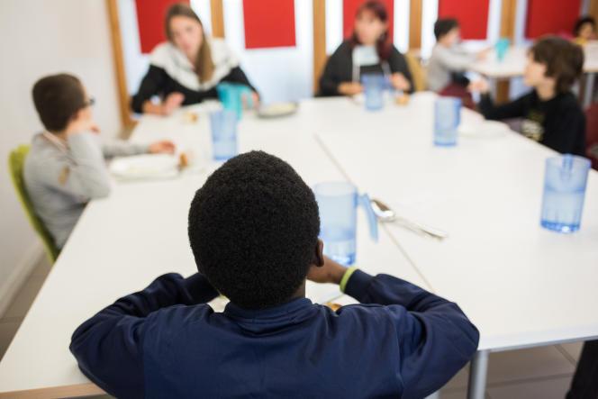 Cantine à midi. Rentrée des classes à l'école Paul-Langevin de Saint-Martin-d'Hères (Isère), dans l'agglomération grenobloise le 12 mais 2020.
