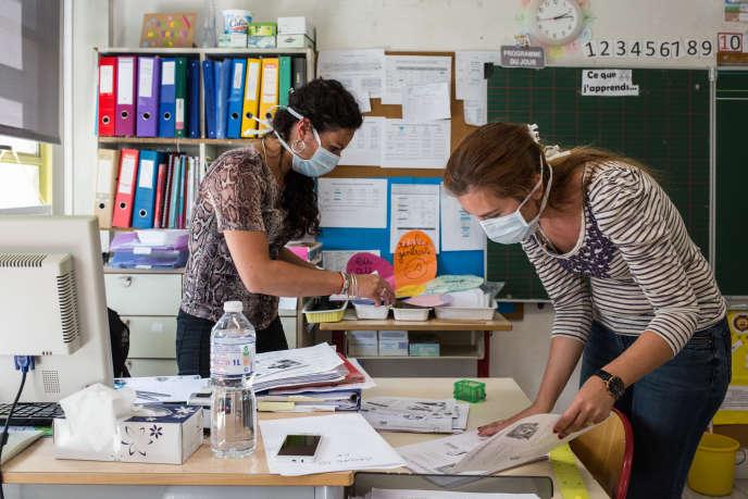 Des professeures de CP préparent leur classe lors de la pré-rentrée de l'école élémentaire Paul-Langevin à Saint-Martin-d'Hères (Isère), le 11 mai.